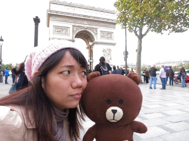 After that we went to Arc de Triomphe and sat for a while to eat macaroons. :9