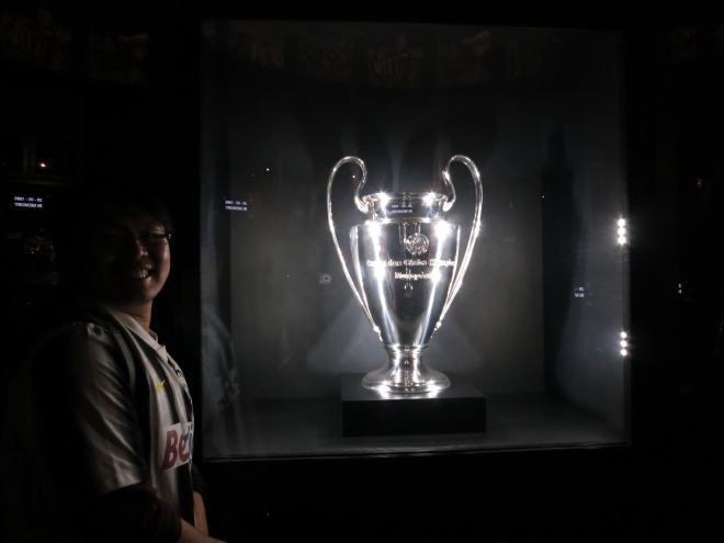 Bandi, taking photo with the real champions league cup!